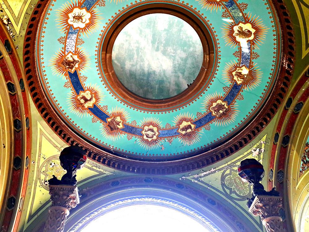 Перекрытие главного входаздания Одесской филармонии выполнено в форме небесного свода, украшенного знаками Зодиака