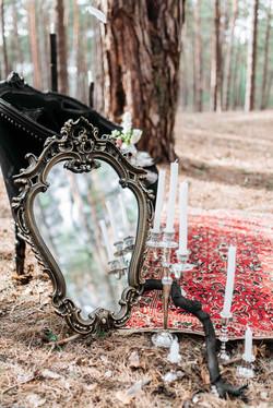 детали: зеркало, диван, свечи, ковер