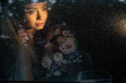 невеста в авто, дождь, красивое фото