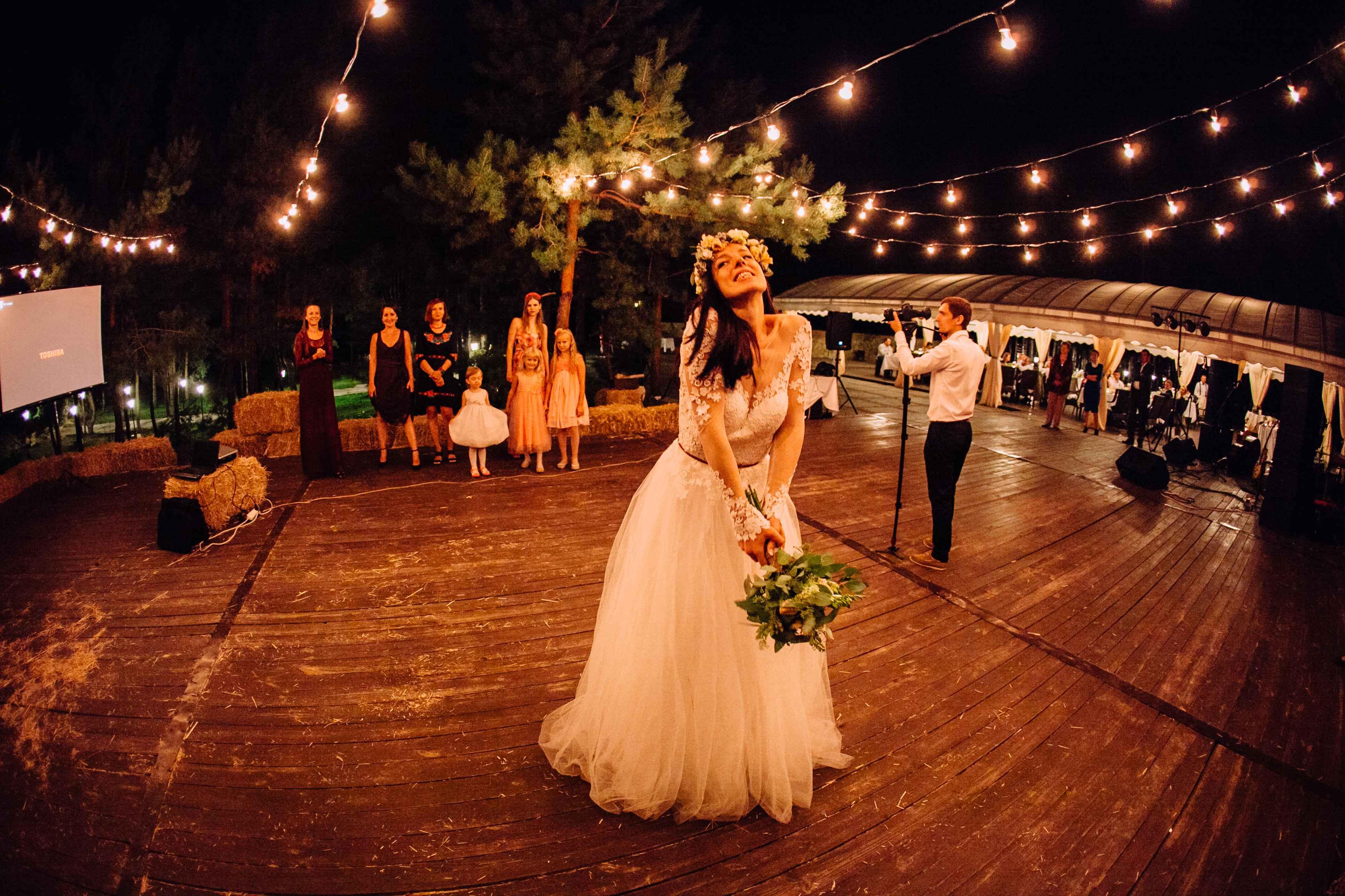 невеста бросает букет савадьба