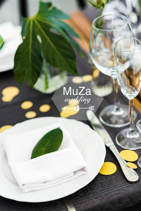 Сервировка стола, свадебные детали, монстера, фикус, золотистое конфетти