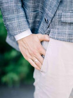 детали образа жениха, рука, кольцо