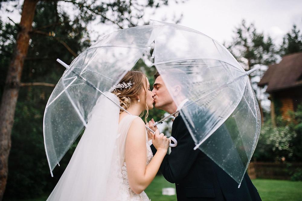 жених и невеста, поцелуй под под зонтиками, прозрачные зонтики на свадьбе, фото с зонтами, свадьба в дождь, что делать если дождь на свадьбе, организация свадеб, Киев