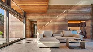 construcción con tapial de varios colores y estilo minimalista