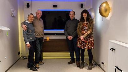 De eigenaars van Electro Biesmans poseren samen met vrijwilligers Guy en Diane voor de foto