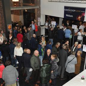 Een grote groep mensen komt samen in de cinema om naar de Kampioenenfilm te kijken ten voordele van Ter Heide