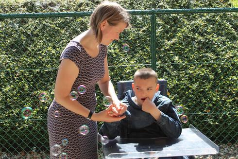 Ergotherapeut doet een buitenactiviteit met een bewoner