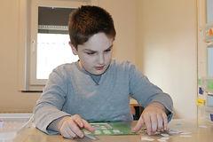 Bewoner met autisme voltooit een opdracht tijdens een therapiesessie