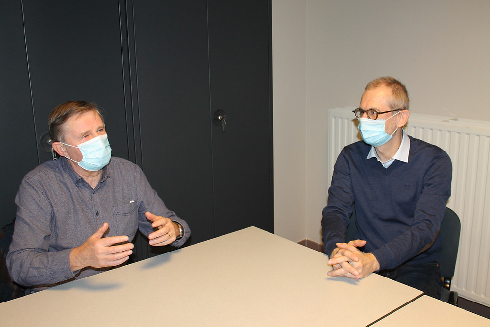 Oud-directeur en huidige algemeen directeur van Ter Heide zitten samen aan tafel om herinneringen op te halen