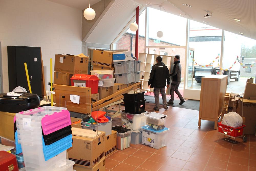 Medewerkers van de technische dienst van Ter Heide verhuizen dozen en meubels naar de nieuwe leefgroepen.