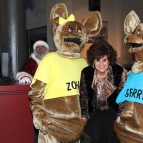 Mascottes Zohra en Gerry op de foto met 'Carmen'