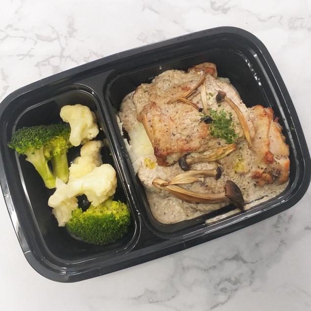 LW8 Pan-fried Chicken Steak with Potato Mash & Mushroom Cream Sauce