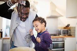 Padre e hijo horneando