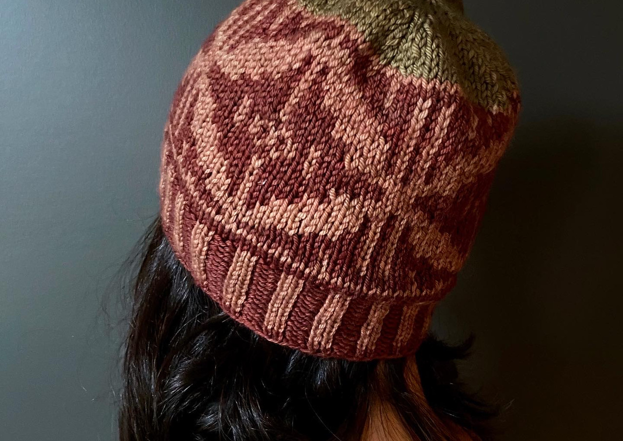 Shik'is Hat knit in MO Minis Worsted Multi, Garnet, Earth and Olive color.