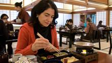 覚えておきたい箸のご法度4つ 4 Chopsticks Taboos You Should Avoid.