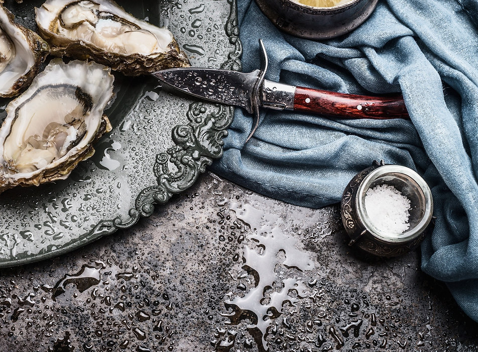 Open%20wet%20oysters%20on%20a%20plate%20