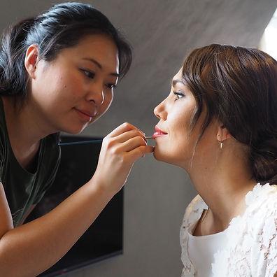 Applicera läppstift på en brud