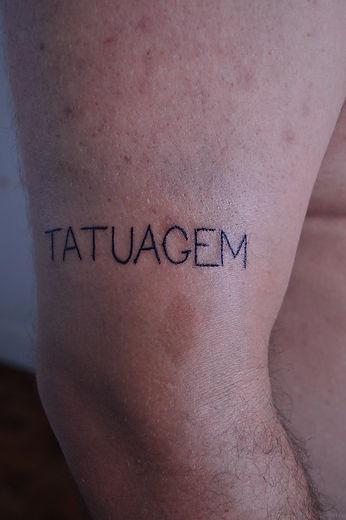 TATUAGEM,  2016, 1,3 x 8,5 cm, Tatuagem da palavra tatuagem, Poesia visual, Tatuador: Rafaéis, Foto: Pedro da Fontoura.