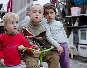 Albanien Tirana drei Kinder auf dem Rad.
