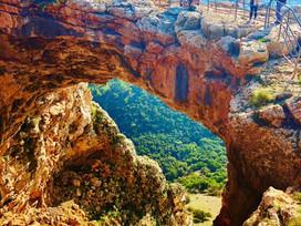 אי שם- מעבר לקשת. טיול סתווי מענג ונגיש במערת קשת בגליל המערבי