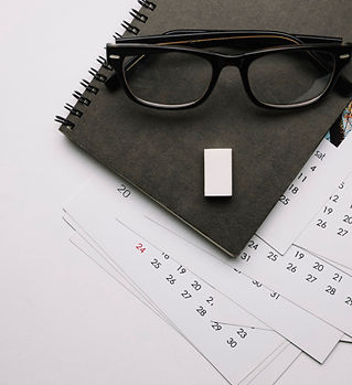 oculos-no-caderno-e-calendarios_23-21477