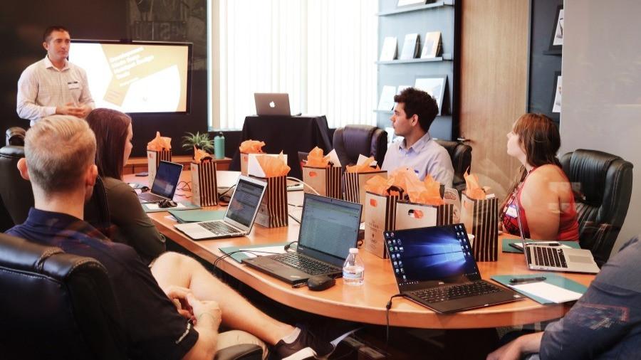 Equipe reunida no escritório
