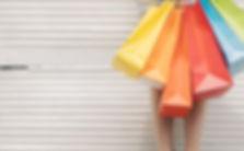 mulher-com-sacos-coloridos-na-parede_23-