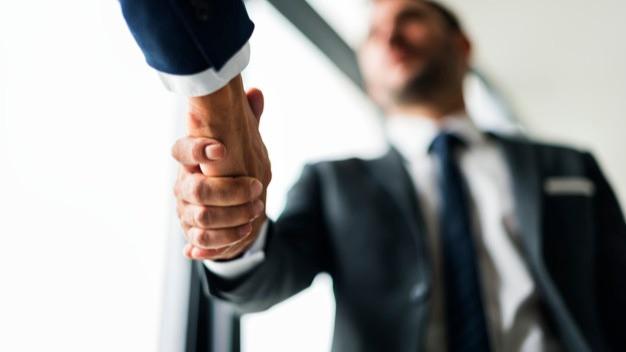 Dois homens apertando as mãos em acordo