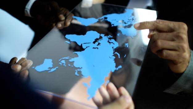 Pessoas segurando mapa mundi