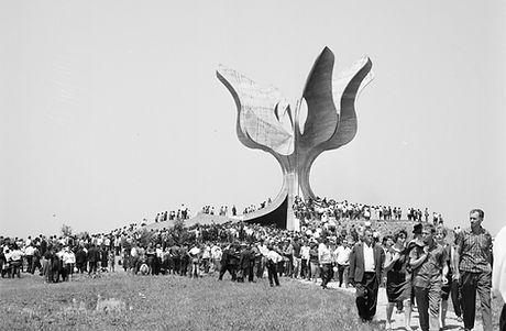 Slika-2-Svecano-otkrivanje-spomenika-196