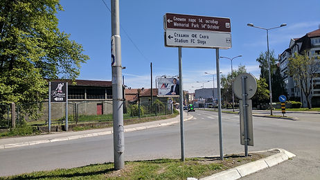 A view of a directional sign fo the Kraljevo spomenik.