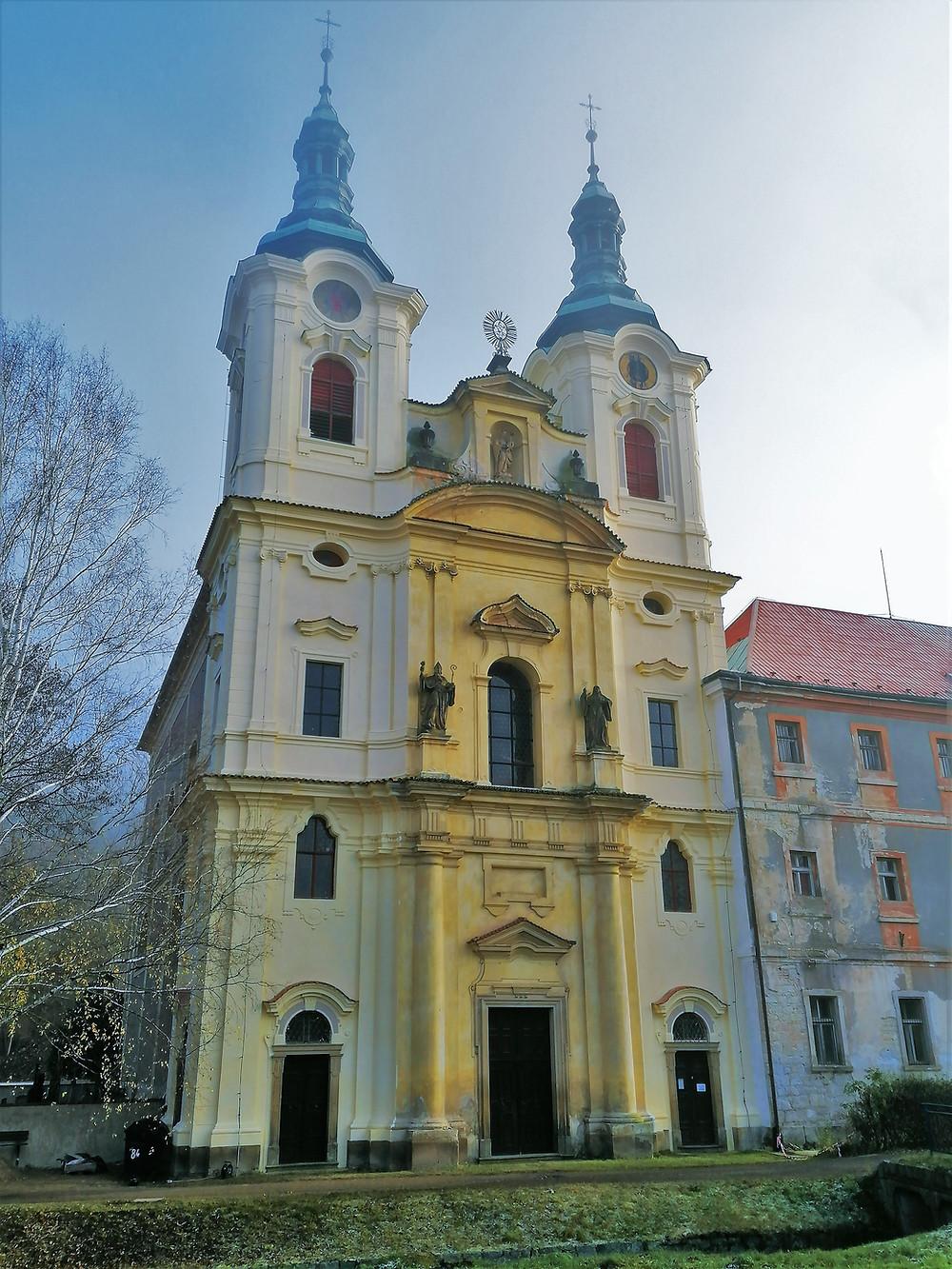 Předmětem uctívání v augustiniánském klášteře v Dolním Ročově je gotická socha Panny Marie Področovské