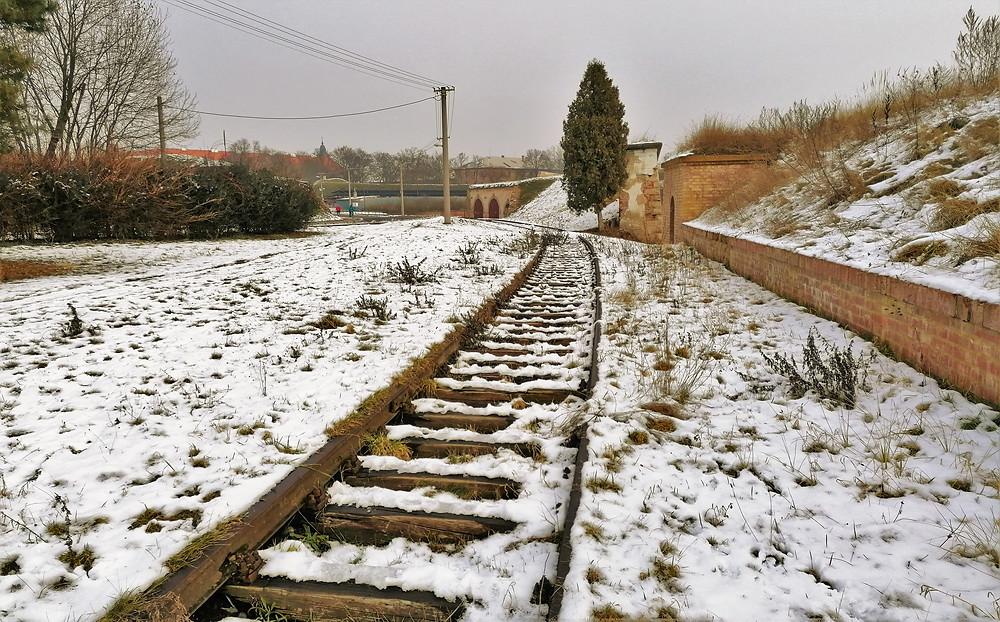 V Terezíně zůstala zachována část železniční vlečky, po které jezdily do města transporty s židovskými občany do zdejšího koncentračního tábora