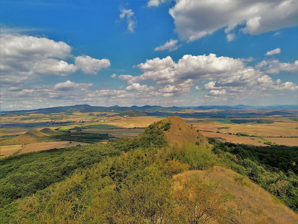 Pohled ze Srdova na Brník; místním těmto dvěma kopcům říkají Dědek a Bába