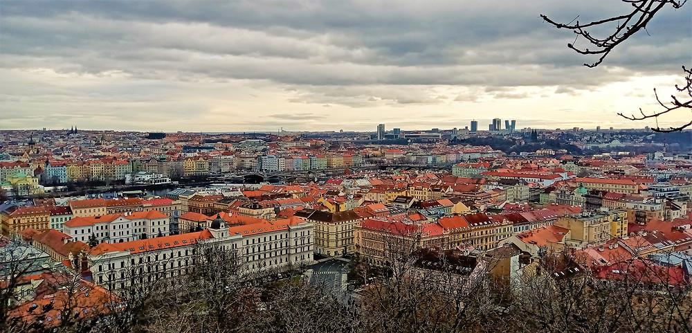 Ze zahrady Kinských na Praze 5 vidíme na Prahu 4 - Vyšehrad, Kongresové centrum, ale i mrakodrapy na Pankráci
