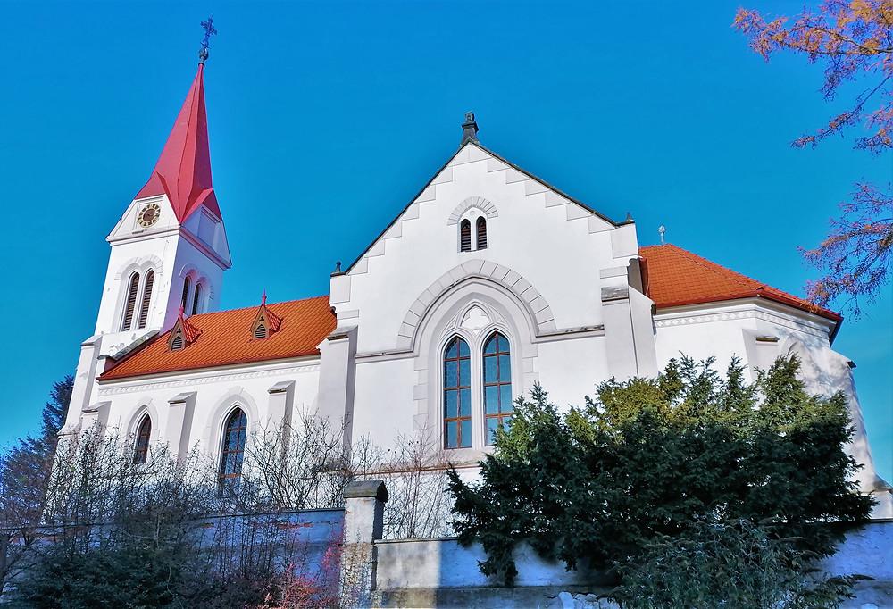 Kostel Narození Panny Marie v Ročově stojí na místě bývalé obrovské barokní katedrály