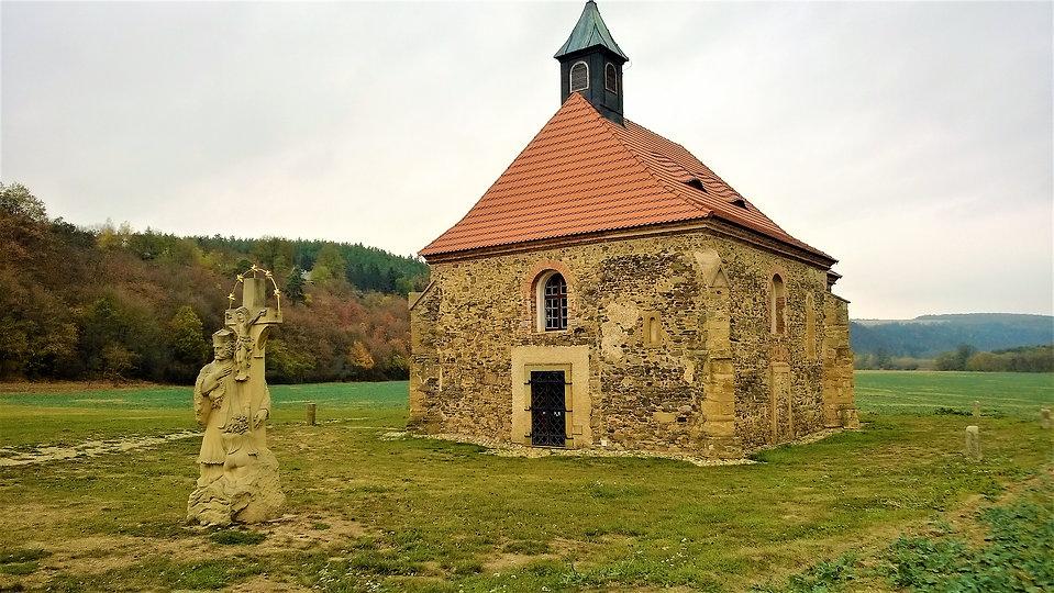 x - Kostel svatých Petra a Pavla v Dolan