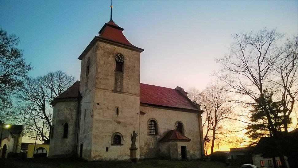Západ_podzimního_slunce_nad_kostelem_s