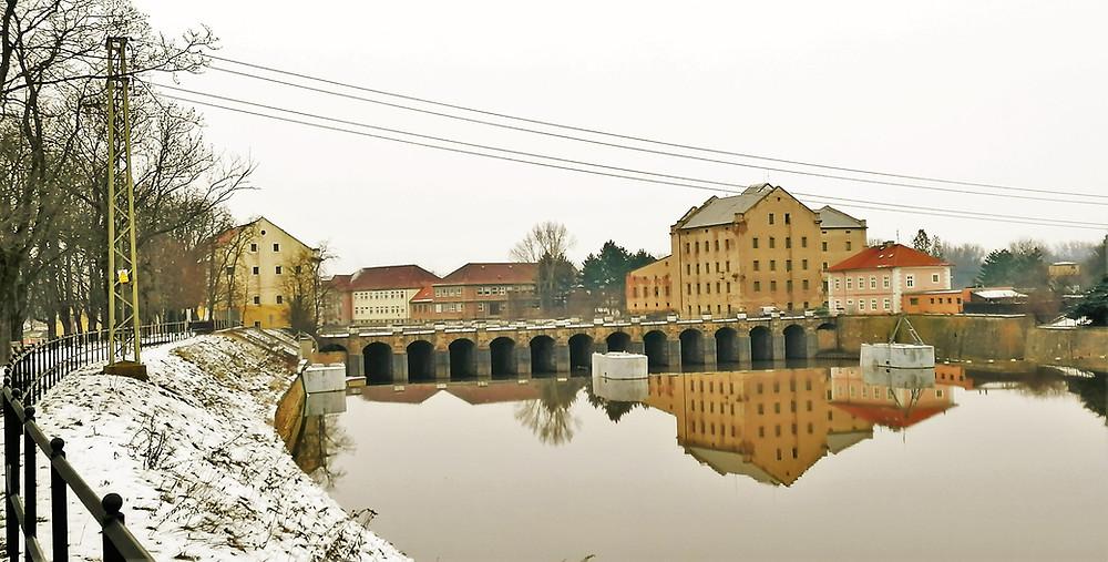 Most přes řeku Ohři v Terezíně, který fakticky spojuje zdejší pevnost  a Malou pevnost