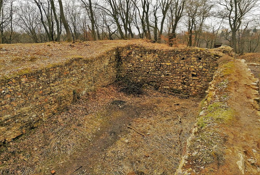 Zřícenina hradu Nový Hrádek, který přežil jen necelých devět let, než byl husity dobyt