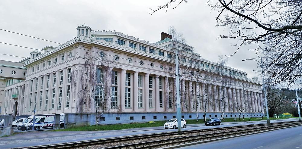 Pražská podolská vodárna patří k největším budovám ve městě