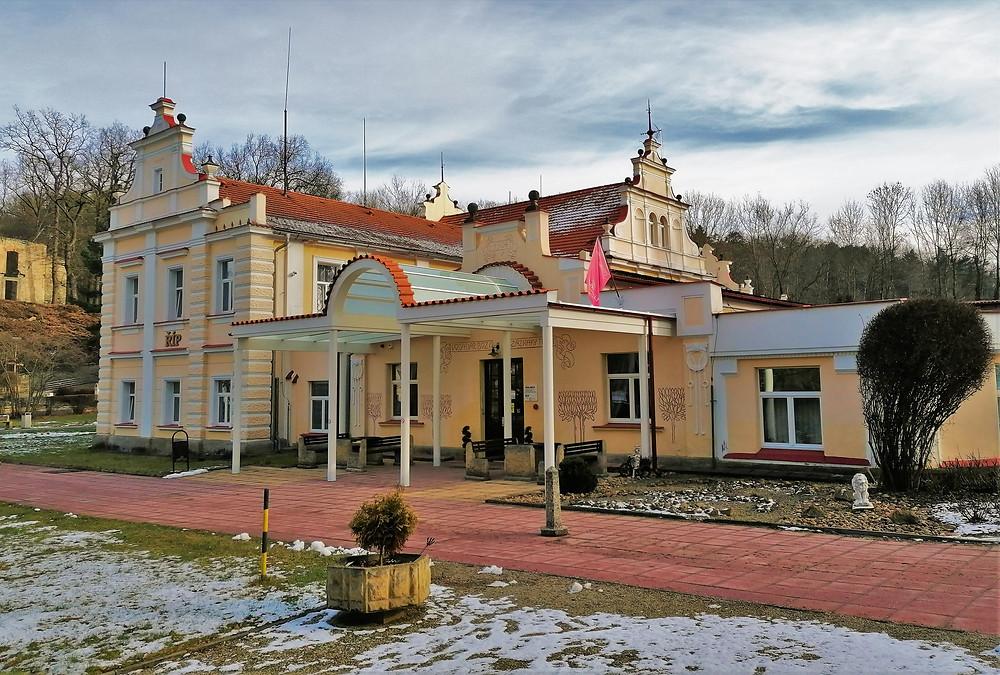 Jedním z lázeňských domů v Mšené - lázně je i Říp