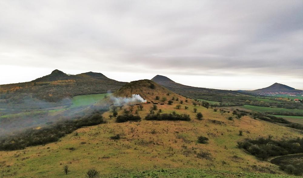 Z Malého vrchu s výškou 375 metrů sledujeme ostatní kopce jako na dlani