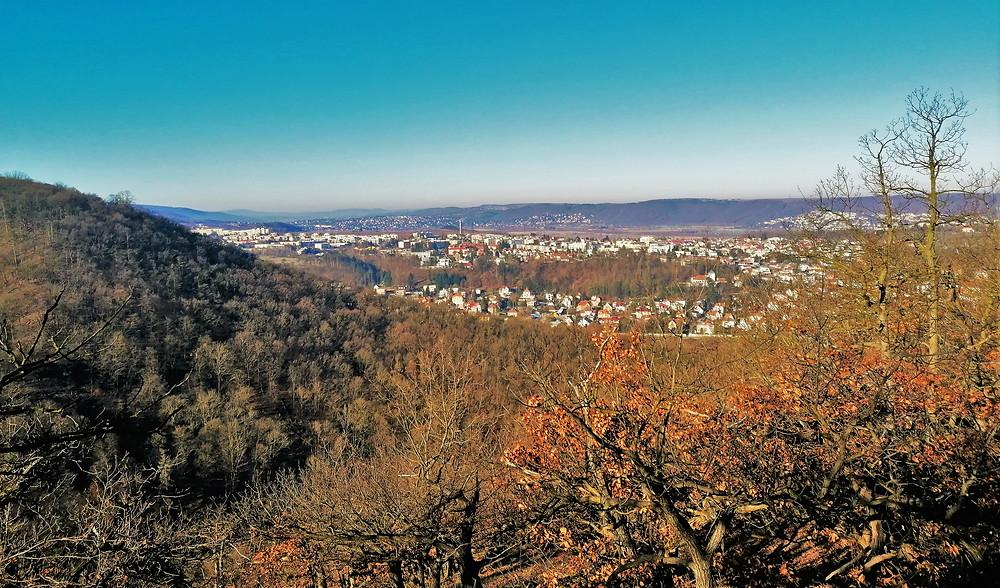 Východní část vyhlídky Sluneční stráň nezarůstá dubovými stromy a nabízí exkluzivní výhled na městskou část Zbraslav