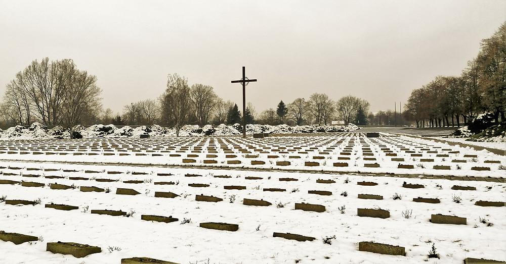 Národní kulturní památku Národní hřbitov v Terezíně pokrývají symbolické, faktické i hromadné hroby