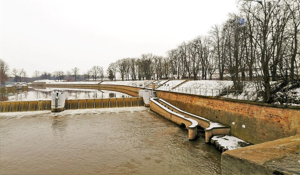 Rybí přechod, který pomáhá překonat jedincům Lososa obecného a Úhoře říčního tok řeky Ohře v Terezíně přes jez