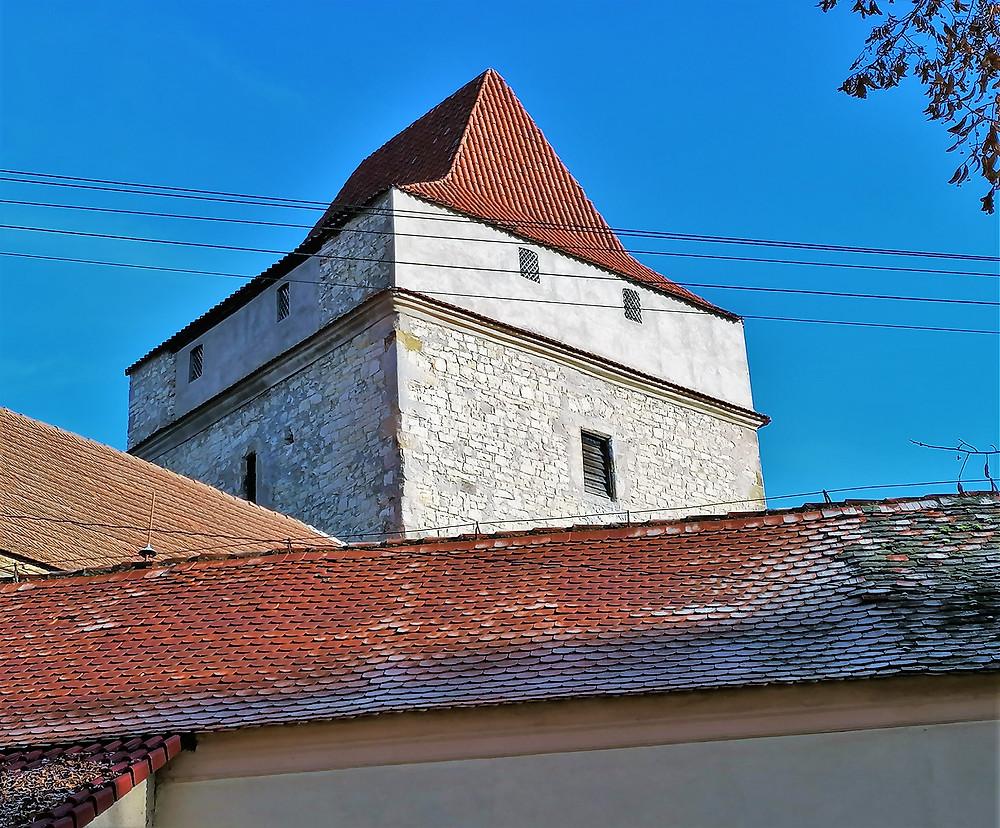 Hranolová věž tvrze Divice pochází z 15. století