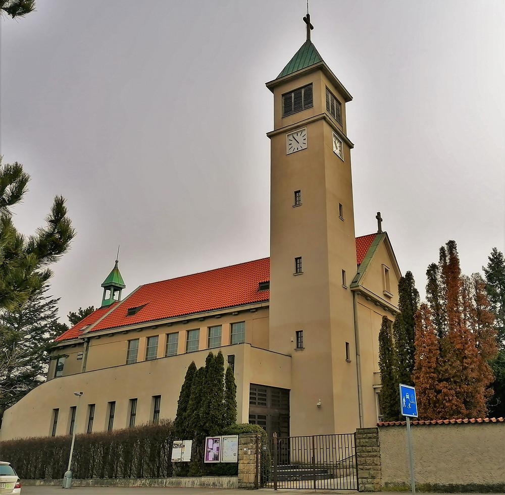 Budova kostela Panny Marie Královny míru byla postavena v konstruktivistickém slohu