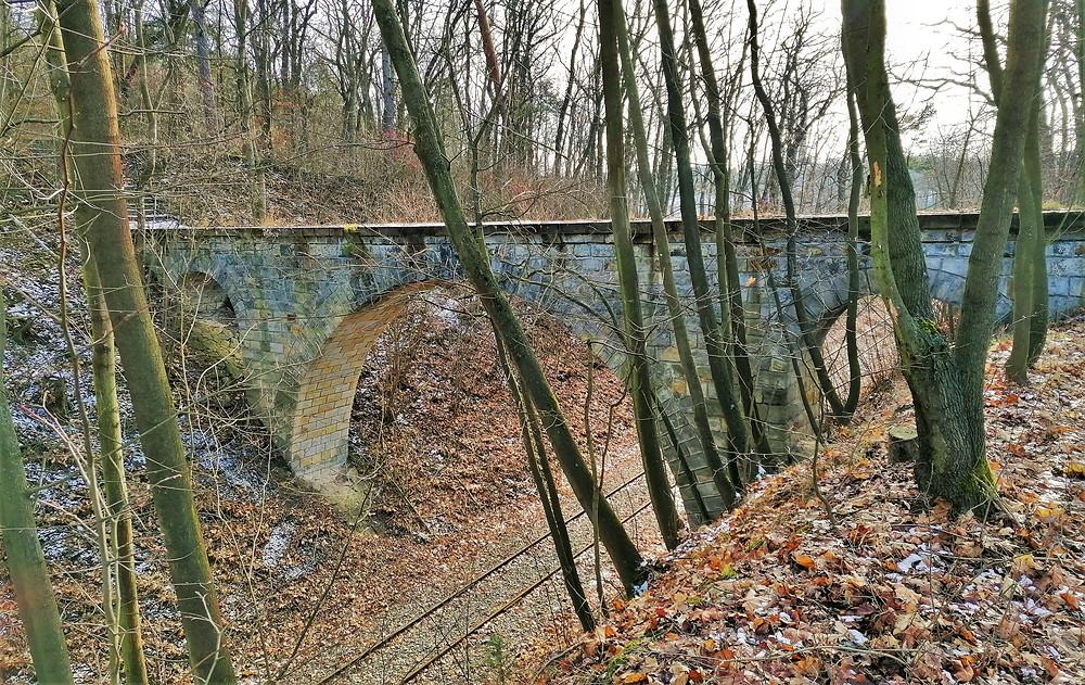 Most přes kolejiště železniční trati v Mšeném - lázních