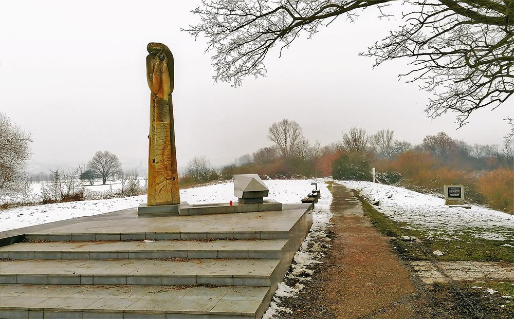 Památník Terezín byl vybudován na místě, kde nacisté vsypali do Ohře popel více než 22 tisíc zpopelněných vězňů